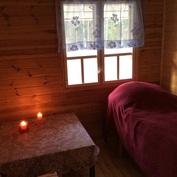 Pieni makuuhuone alakerrassa