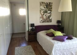 Toinen makuuhuone. Kevyen väliseinän taakse on tehty vaatehuone ja ompelupiste.