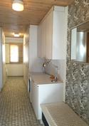 Kodinhoitohuone jossa paljon kaappitilaa.