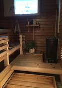 Pieni mutta kompakti sauna, jonne mahtuu riittävästi saunojia.