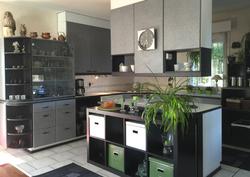 Keittiö jossa ruuanlaittosaareke. Hyllystön tilalle voi myös laittaa keittiön pöydän.
