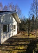 Talon päädyssä on muutama vanha omenapuu sekä mustikka ja puolukka maasto muutaman askeleen päässä..
