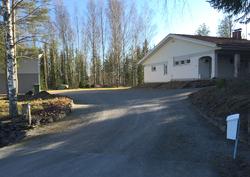 Talon etuterassilta ei ole pitkä matka postilaatikolle tai asfaltoidulle maantielle.
