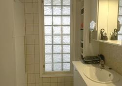 Ensimmäinen vessa josta lasitiiliseinä etuterassille.