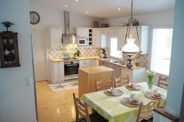 Keittiö ja ruokailutila ovat yhtä suurta tilaa, joka jatkuu olohuoneeseen