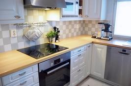 Valkoinen Puustelli-keittiö