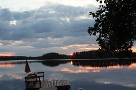 Rauhallinen Riislahti illalla auringon laskiessa