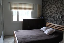 Isompi 12m2 makuuhuone. Myös täällä tilavat liukuovelliset vaatekaapit.