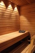 Kuituvalo tuo lämpökäsitellystä haavasta tehdyn saunan oikeuksiinsa.