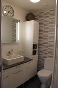 WC, jossa paljon säilytystilaa sekä kätevä valaistu peili.
