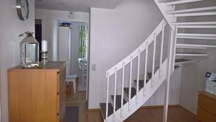 Olohuoneesta keittiöön päin portaat yläkertaan