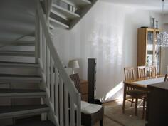 Eteisestä / olohuoneesta portaat yläkertaan