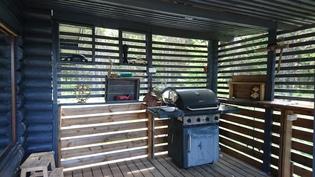 päärakennuksen grillikatos
