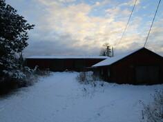 Ulkorakennukset. Oikealla koirien (tms.) oma talo.