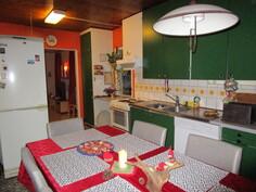 Keittiössä on kahdella seinällä kaappeja.