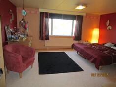 Makuuhuone nro 2, yläkerrassa.
