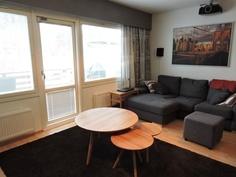 Tilavaan olohuoneeseen mahtuu iso sohva ja vaikka kotiteatteri. Olohuoneesta kulku terassille.