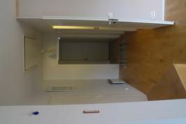 Etuovi olohuoneesta katsottuna. Oikealla wc sekä makuuhuone, vasemmalla kodinhoitohuone.