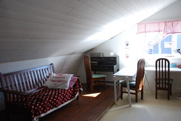 osa yläkerran itäpäädyn makuuhuoneesta