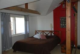 yläkerran aulan makuuhuone, käynti parvekkeelle
