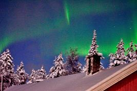 pihasaunan katto peittyy lumella talvella