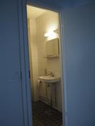 Joissain asunnoissa tämä WC on jälkikäteen yhdistetty pukuhuoneeseen. Onnistuu tässäkin.