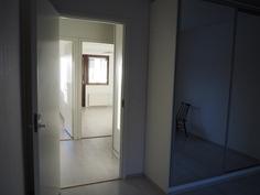 Isosta makuuhuoneesta parvekehuoneen suuntaan.