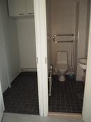 Pukuhuone ja WC yläkerrassa.