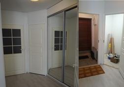 Kaksi kuvaa rinnakkain: tuulikaappi ja vaatehuone, ovet kiinni ja auki.