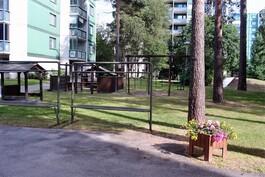 Etupihalta löytyy lasten leikkipuisto.