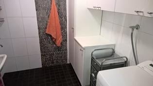 Kylpyhuoneessa hyvin säilytystilaa