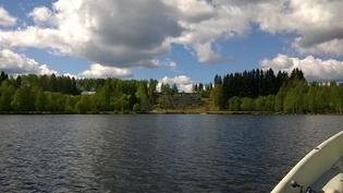 Näkymä järveltä taloyhtiölle päin