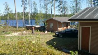 Kuva mökin takaa järvelle päin.