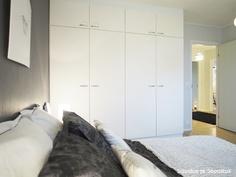 Makuuhuone 2, komeroita kahdella seinällä.