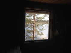 Näkymä järvelle saunan ikkunasta