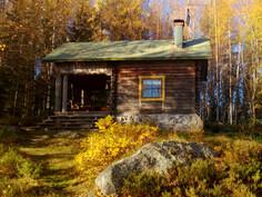 Mökki pihasta syksyllä