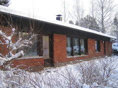 Talo nähtynä talvella takapihalta.