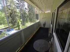 Asunnon levyinen parveke, näkymä rauhalliselle takapihalle