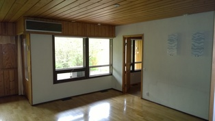 Olohuoneessa suuret ikkunat terassille