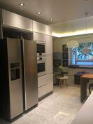Side-by-side jääkaappi, jossa jääpalakone.