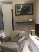 Lauteiden alla on pyykinpesukone ja kuivausrumpu - ne avautuvat olohuoneeseen taiteovien takaa.