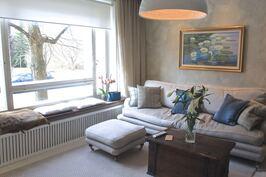 Olohuoneessa on iso ikkuna ja kauniit seinäpinnat.