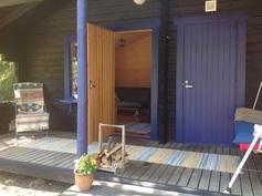 Vasemmalla saunatupa, oikealla sauna ja pesuhuone