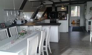 keskikerroksen keittiö ja ruokailutila