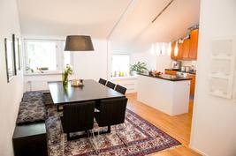 Purkamalla väliseinä on luotu yhdistetty avara keittiö ja ruokailutila