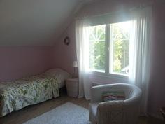 Yläkerran makuuhuone 19 m², erillinen VH. Isot ikkunat ja näkymä metsään.