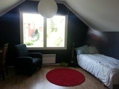 Yläkerran makuuhuone 13,5 m². Isot ikkunat, näkymä kasvimaalle.
