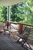 Aamukahvit voi nauttia metsäisellä parvekkeella auringossa itäisellä terassilla
