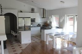 Vaalea modernin tyylikäs keittiö