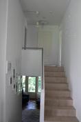 Portaikko, joka yhdistää kerrokset vaivattomasti. Ihana tähtitaivas yläkertaan mennessä,